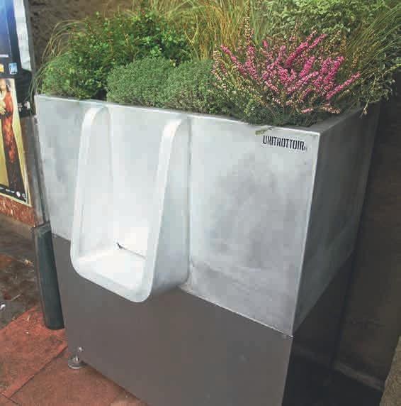 Eine gute Idee aus Frankreich wird von Jojo Linder importiert: das Uritrottoir für den öffentlichen Raum. Das voll-biologische System ist nicht nur praktisch, da der Untersatz mit Stroh leicht herausgeholt werden kann, sondern auch ansehnlich, da es bepflanzt werden kann.