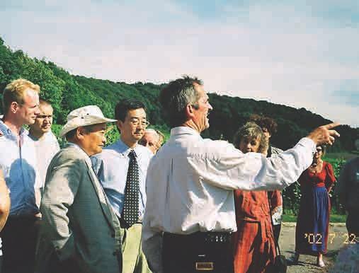 Otto Umbach erläuterte 2002 Prof. Higa und den Besuchern die EM-Maßnahmen in seinem Weinberg.