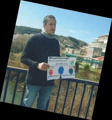 Montenegro: Boris Jabucanin erklärt Presse, Vertretern der Stadt und interessierten Bürgern, wie EM wirkt. Unter der Brücke der Kanal, der erfolgreich behandelt wurde.
