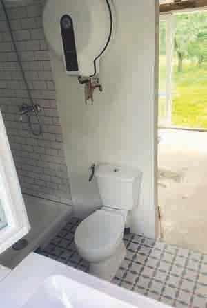 Auch auf kleinstem Raum ist ein gemütliches Badezimmer machbar. Details machen den Charme aus: die hübschen Bodenkacheln, die alt-französische Dusche und der Blick in den Garten