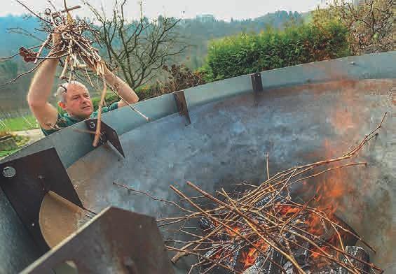 Von oben werden trockene Pflanzenteile und/oder Holz nachgelegt, auch Reisig aus dem Weinberg verkohlt sich gut.
