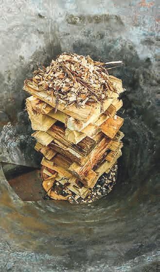 Aufbau des Holzes in dem Kon-Tiki Ofen
