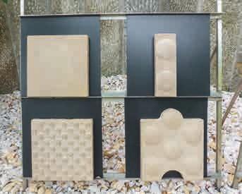 In einer Nische an dem Hang, der ihren Garten begrenzt, sind die verschiedenen Embaro-Steinplatten ausgestellt.
