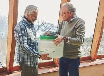 Jetzt kann es richtig losgehen: Im März übergab Pit Mau einen von der EMIKO gespendeten Fermenter an Dino Mengucci, einen der Gründer der Lebensgemeinschaft und Umweltschulungszentrum Panta Rei in Umbrien.
