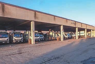 Auf dem Gelände parken die Müllwagen für die Stadt Terni
