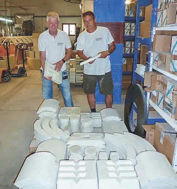 Die beiden Geschäftsführer Stephan Heinrich und Reiner Trinkel bei der Begutachtung von Bauteilen für einen Ofen