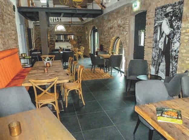 Einer von drei Orten, um Gäste zu bewirten, ist die gemütliche Weinbar, die zu bestimmten Zeiten auch als beliebtes Restaurant fungiert.