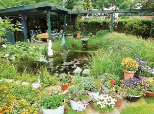 Sitzecke in Erich Wellings EM-gepflegtem Garten