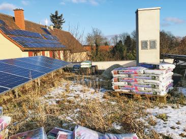 Ökologische Dachlandschaft mit Solarzellen