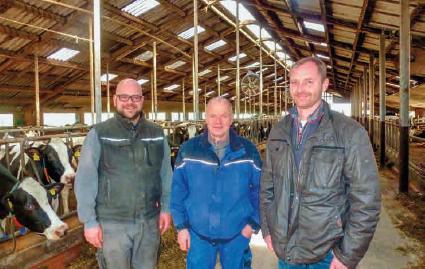 V.R.: T.Hellmann, Vater H.-H. Hanke und Sohn T. Hanke im Stall