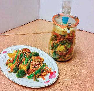 Brokkoli Kimchi fermentiert im Weckglas mit Gärspund; sehr gut passen geröstete Sesamkörner dazu