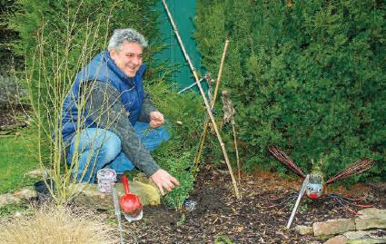 J. Feistauer untersucht mögliche Wasseradern in einem Garten