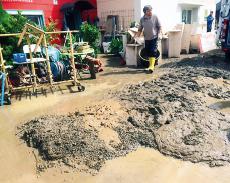 Eimer für Eimer musste der Schlamm, den die Flut ins Haus gespült hatte, herausgeholt werden.